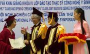 International Master in Biotechnology dell'Università di Sassari, II edizione_Consegna delle pergamene con Pierluigi Fiori e KAO Ngoc Thanh