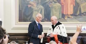 Il Rettore Massimo Carpinelli consegna il sigillo dell'Università di Sassari al Capo della Polizia Franco Gabrielli