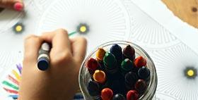 Mani di bambino che disegna