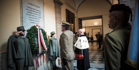 Generale B. Andrea Di Stasio e Massimo Carpinelli di fronte alla lapide_Uniss 12 novembre 2018