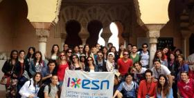 Foto di gruppo Erasmus con bandiera Esn
