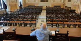 Il Rettore Massimo Carpinelli nell'aula Magna vuota_prime lauree a distanza