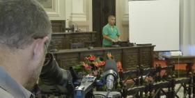 Luca Parodi, laureato Uniss, durante le riprese del documentario in aula magna