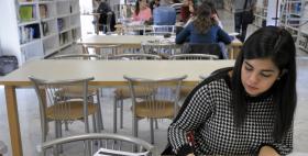 Studentessa in biblioteca