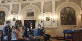 Studenti seduti nell'Aula Magna dell'Università di Sassari