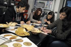 Studenti nel laboratorio di archeologia