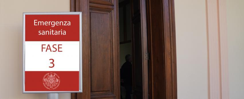 Ingresso aula ateneo centrale Uniss con cartello con dicitura Emergenza sanitaria - Fase 3