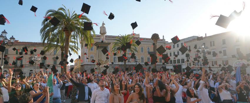 il lancio dei tocchi laurea in piazza 2019 piazza d'italia con studenti uniss